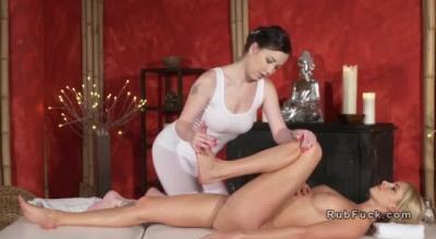 Massaging Masseuse Cuntblowing Her New Client
