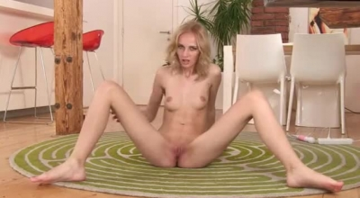Teen Dildoing Pussy In Her Pussy