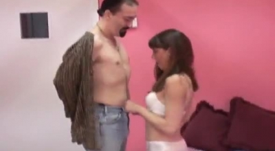 Cuckolding Gal Suks While Babes Piss On Her Pussy.